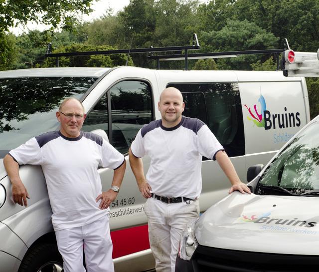 Gerrit en Robert Bruins bij hun bussen.